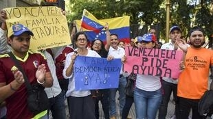 Venezuelans living in Argentina demonstrate outside the Foreign Ministry building in Buenos Aires on 1 April, 2017.