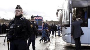 Niños de una escuela de Dammartin-en-Goële, en el noreste de París, evacuados por la policía el 9 de enero. Cerca se atrincheraron los hermanos Kuachi, tras asesinar a 12 personas en la sede del periódico Charlie Hebdo.