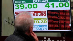 A moeda argentina está em queda livre. Na semana passada  o peso registrou desvalorização de 20% em relação ao dólar em dois dias conseguindo uma recuperação tímida na sexta-feira a 60% das taxas de juros e de vendas milionárias do Banco Central.