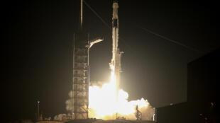 """""""飞龙""""号太空船由猎鹰9号火箭搭载,从美国佛罗里达州卡纳维拉尔角空军基地发射。"""