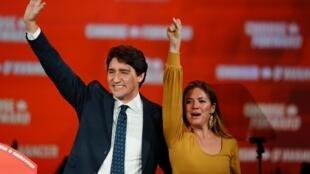 Le Premier ministre canadien Justin Trudeau et son épouse Sophie Gregoire fêtent les résultats des élections. Montréal, le 22 octobre 2019.