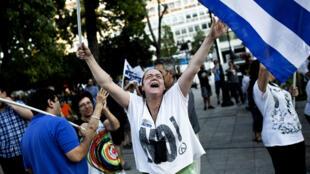 """Los partidarios del """"no"""" festejan su victoria el domingo  5 de julio en Atenas.AFP PHOTO / Angelos Tzortzinis."""