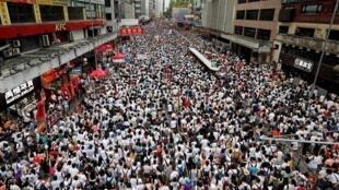 Một triệu người Hồng Kông mặc áo trắng tượng trưng cho công lý đã xuống đường chống lại dự luật dẫn độ sang Trung Quốc, ngày 09/06/2019.