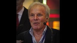 Louis-Jean Calvet, en 2016, recevant le prix Ptolémée lors du Festival international de géographie.