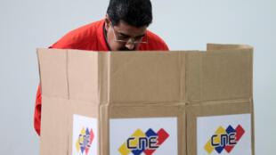 委內瑞拉總統馬杜羅在制憲議會選舉中投票2017年7月30日加拉加斯