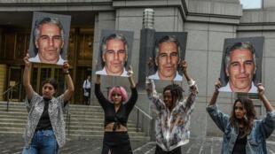 Пикет против Джеффри Эпштейна возле федерального суда в Нью-Йорке, 8 июля 2019.