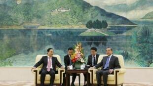 Thứ trưởng Ngoại giao Lê Hoài Trung (T) gặp ngoại trưởng Vương Nghị (P) tại Đại lễ đường Nhân dân ở Bắc Kinh ngày 27/11/2019.