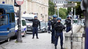 Policiais em frente à Catedral Notre-Dame de Paris, onde um policial foi atacado com um martelo.