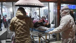 """مبتلایان به ویروس کورونا، در شهر """"ووهان"""" به بیمارستان صلیب سرخ انتقال داده میشوند."""