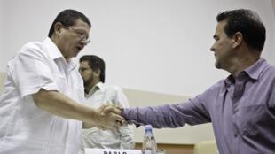 Đại diện của FARC Pablo Catatumbo (trái) bắt tay với nhà thương thuyết của chính phủ Colombia Frank Pearl trong hội nghị tại La Habana ngày 26/05/2013.