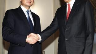 中国外长王毅(左)与新加坡总理李显龙,2013年5月3日