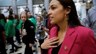 Nữ dân biểu Alexandria Ocasio-Cortez, thủ lĩnh của nhóm nghị sĩ tranh đấu vì Khí hậu. Ảnh chụp tại Hạ Viện Mỹ, điện Capitol, Washington, ngày 04/04/2019.