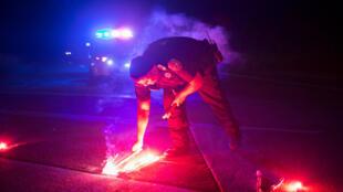 Un policía bloquea la carretera que lleva a la planta Arkema donde se registraron dos explosiones producto de las inundaciones en Texas.