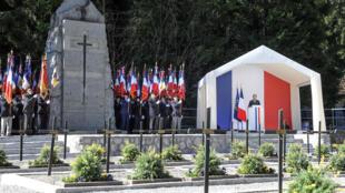 Le président Emmanuel Macron s'exprime à la tribune dressée près de la nécropole nationale de Morette, à Thônes (Haute-Savoie), sur le plateau des Glières.