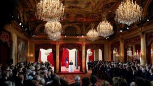 O centrista pró-europeu Emmanuel Macron assumiu oficialmente neste domingo como presidente da França em uma cerimônia solene no palácio do Eliseu.
