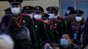 上海,22号,武警戴着口罩在上海地铁巡逻。