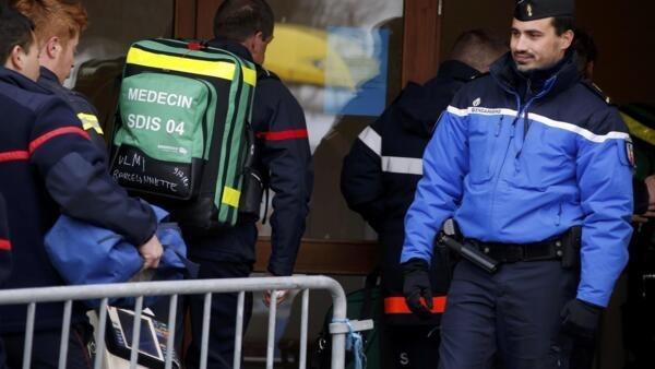 Médicos legistas chegam na zona do acidente para tentar recuperar restos mortais das vítimas com o acidente do avião da Germanwings.