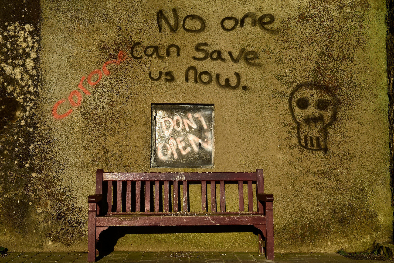 Граффити на стене дома в Тенби, Великобритания. 26 марта 2020