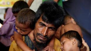 Cảnh chờ đợi được chăm sóc, tiêm ngừa, tại một trại tị nạn người Rohingya gần Cox's Bazar, Bangladesh. Ảnh chụp ngày 10/10/2017