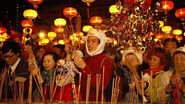 2015年2月18日香港最紅火寺廟嗇色園黃大仙祠祈福的人群。