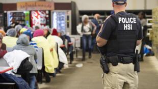 Những người bị nghi là di dân bất hợp pháp bị cảnh sát bắt giữ trong chiến dịch ngày 07/08/2019 tại Mississippi, Hoa Kỳ.