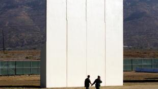 Một mẫu tường chống nhập cư được thử tại biên giới Mỹ-Mêhicô, Tijuana, ngày 26/10/2016.