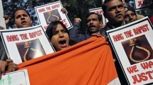 Protesto em Nova Déli neste sábado, horas depois de confirmada morte de estudante vítima de estupro coletivo.