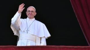 O Papa Francisco saúda a multidão presente na Praça de São Pedro