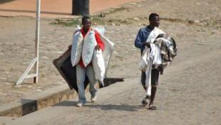 Des vendeurs ambulants dans une rue de Bujumbura