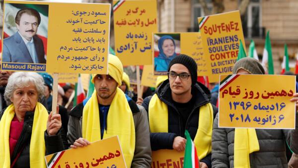 Neste domingo, iranianos residentes na França protestaram em Paris contra o governo de Teerã.