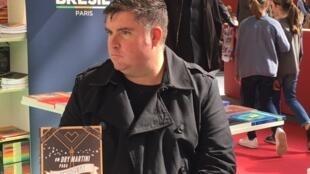 """Fábio Pereira Ribeiro apresentou nesta sexta-feira, 24 de março de 2017, no salão do Livro de Paris seu livro """"Um Dry Martini para Hemingway""""."""