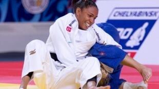 A judoca brasileira Erika Miranda vence a italiana  Odette Giuffrida na disputa pelo bronze durante a competição no Mundial de Astana 2015, no Casaquistão.