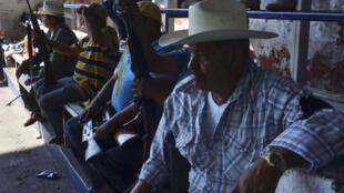 Miembros de los grupos de auto defensa registran sus armas y crean una policía rural en Paracuaro, estado de Michoacán, 3 de febrero de 2014.