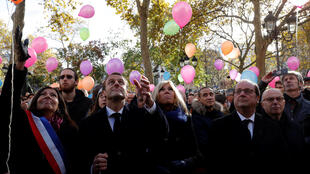 French President Emmanuel Macron (2ndL), his wife Brigitte Macron (C), Paris Mayor Anne Hidalgo (L) and former French President Francois Hollande (R) release balloons at Paris 11th district town hall, France, November 13, 2017?