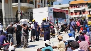 Distribution de kits de vivres destinés aux chauffeurs de taxi, de bus et aux receveurs à Antananarivo, le 30 mars 2020.