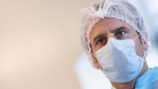Эмманюэль Макрон во время визита на фабрику по производству масок