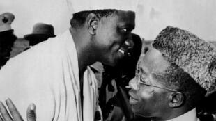 Le président malien, Modibo Keita, accueille son homologue sénégalais, Léopold Sédar Senghor, lors de leur rencontre à la frontière sénégalo-malienne, à Kadira, le 25 juin 1963 au Mali.
