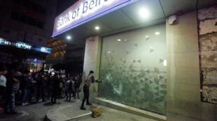 Des manifestants s'en prennent à une agence de la Banque de Beyrouth. le 15 janvier 2020.