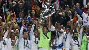 Thủ môn đội trưởng Iker Casillas cùng đồng đội giương cao chiếc Cúp C1 thứ 10 trong lịch sử của Real Madrid, ngày 24/5/2014 tại Lisbon.