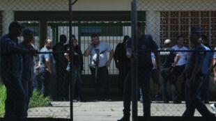 Policiais cercam a Escola Estadual Professor Raul Brasil, em Suzano, onde estudaram os dois atiradores que se suicidaram depois de cometer o massacre.