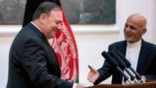 Rais wa Afghanistan Ashraf Ghani (kulia) na Waziri wa Mambo ya Nje wa Marekani Mike Pompeo baada ya mkutano wao na waandishi wa habari kwenye Ikulu ya rais huko Kabul, Julai 9, 2018.