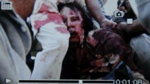 Foto tirada por um celular apresentada como a imagem da prisão de Kadafi, nesta quinta-feira.