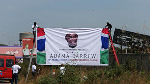Wafuasi wa rais mpya wa Gambia, wakiweka moja ya bango la kiongozi wa nchi hiyo, Adama Barrow