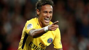 Neymar comemora seu gol contra o Guingamp na sua estreia com o PSG no domingo, 13/08/2017.