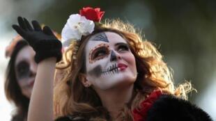 Une femme déguisée pour le Jour des morts, à Monterrey au Mexique.