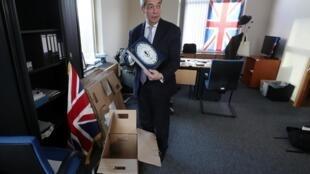 Le leader du Brexit Party, Nigel Farage, en train de faire ses bagages à Bruxelles, le 28 janvier 2020.