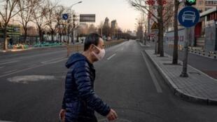Un homme dans une rue déserte de la ville de Wuhan. Le 31 janvier 2020.