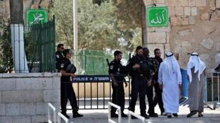 O governo israelense decidiu nesta terça-feira suspender o uso dos detectores de metal que havia instalado nos acessos à Esplanada das Mesquitas, em Jerusalém.
