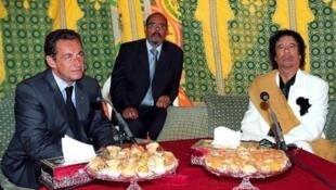Николя Саркози (слева) и Муаммар Каддафи (справа) во время визита ливийского лидера в Париж, 10 декабря 2007 года (архив).