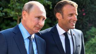 Tổng thống Pháp Emmanuel Macron (P) khéo léo tiếp nguyên thủ Nga Vladimir Putin, tại nhà nghỉ ở Brégançon, trước thượng đỉnh G7.